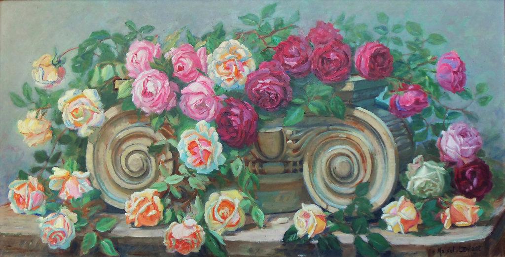 Chapiteau corinthien couvert de roses
